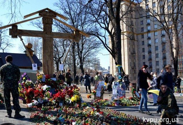 Капличка і дерев'яний хрест в пам'ять про Героїв Небесної сотні. Фото kvpu.org.ua