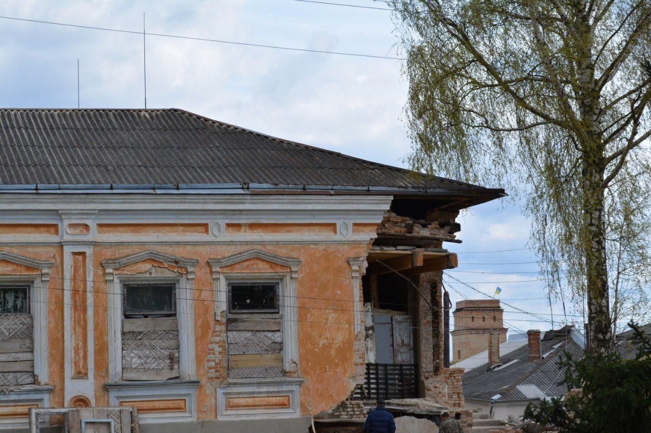 Історія повторюється: в Острозі вдруге порушено цілісність будинку 19-го століття