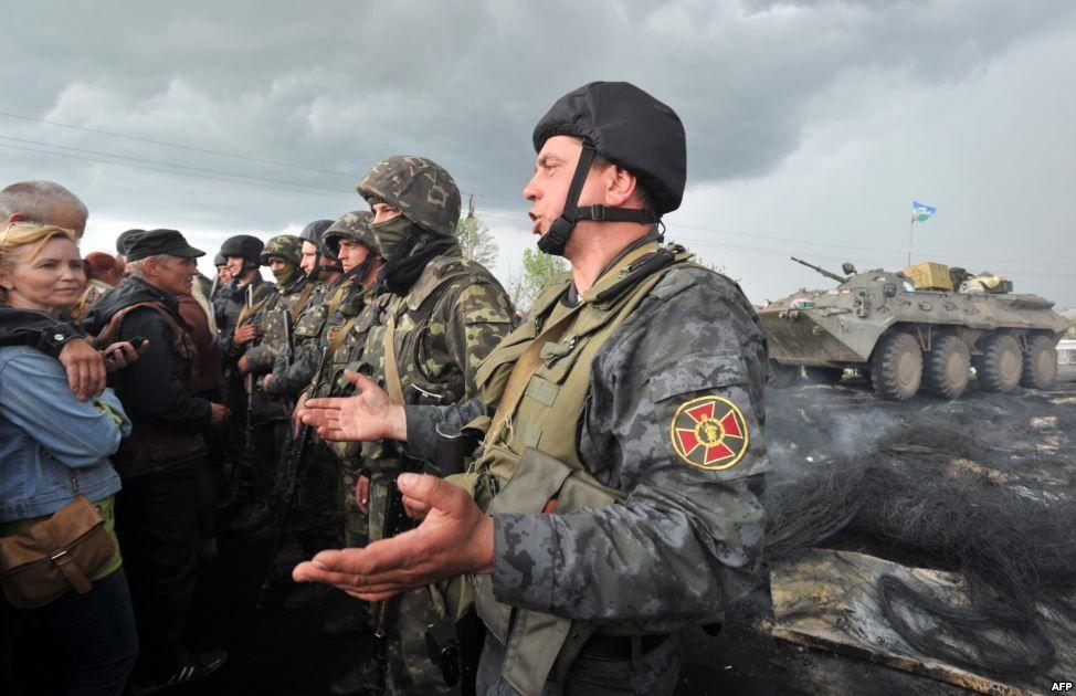 Солдати Національної гвардії заблоковані проросійськими активістами на дорозі Краматорськ-Слов'янськ