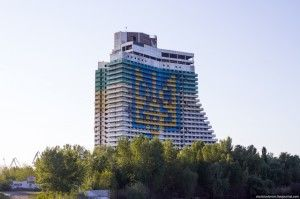 Один з найвищих хмарочосів Дніпропетровська прикрасили гербом України