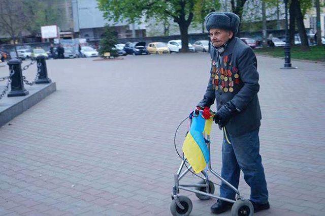 Дідусь Українець отримав від патріотів подарунок