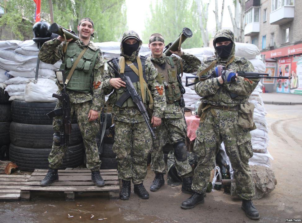 Озброєні проросійські бойовики позують для фотографії біля барикади у Слов'янську