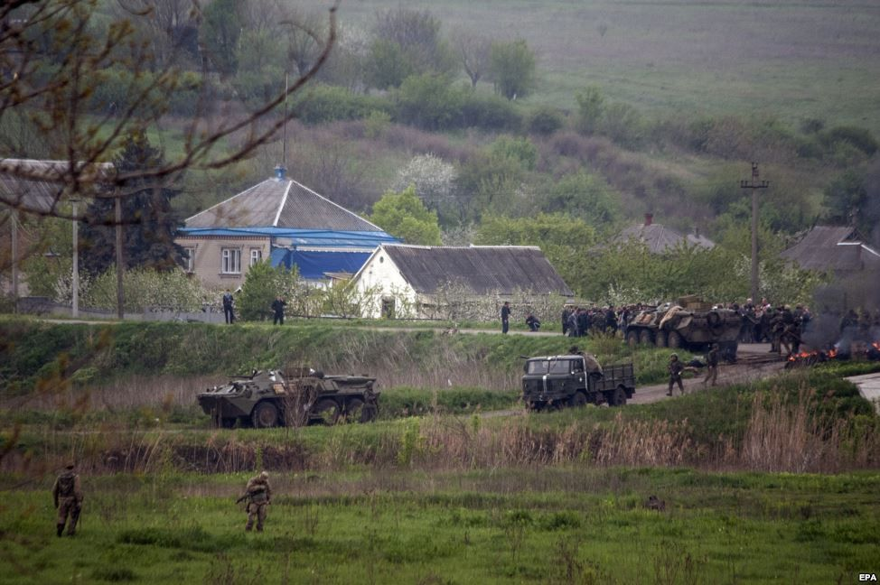 Українські військові біля захопленого ними блокпосту неподалік Слов'янська
