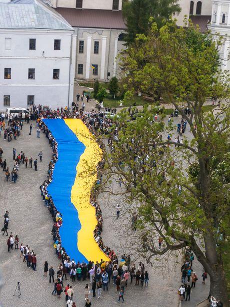 У Луцьку розгорнули найбільший у світі державний прапор України