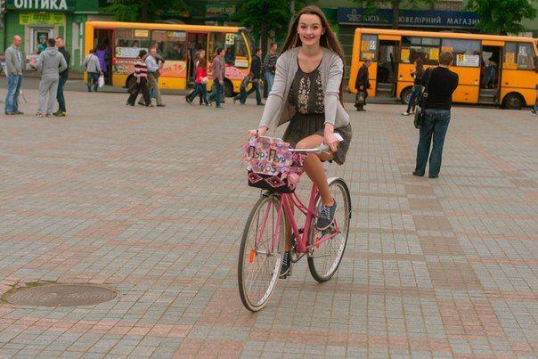 Любителька велосипедів Даринка