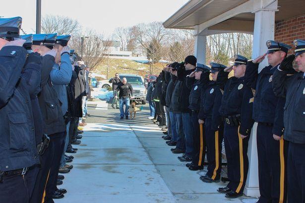 Поліція США провела в останню путь свого пса-героя утворивши коридор слави