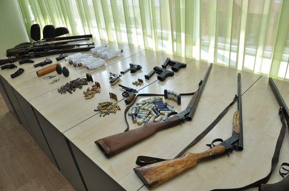 В Ровенской области продолжают сдавать незарегистрированное оружие, На Рівненщині продовжують здавати незареєстровану зброю