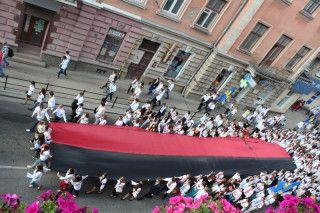 В День Героїв, в Тернополі відбувся святковий марш. Під час маршу містом пронесли величезний червоно-чорний прапор