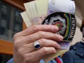 Тернопільський міліціонер вимагав від чоловіка хабар, у дві тисячі гривень за не притягнення його до кримінальної відповідальності