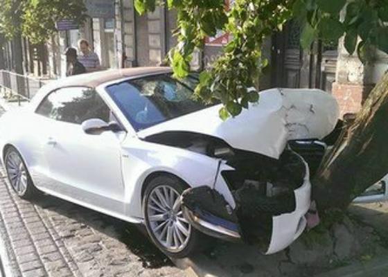 іноземці машиною знесли дерево