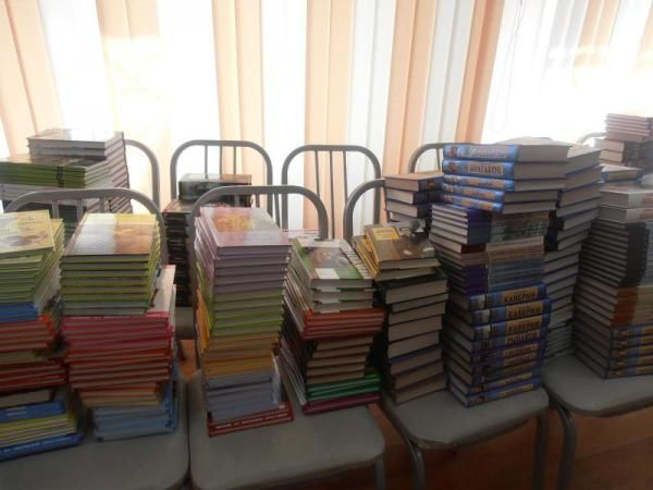 Рівненські діти подарують книги своїм одноліткам зі Сходу