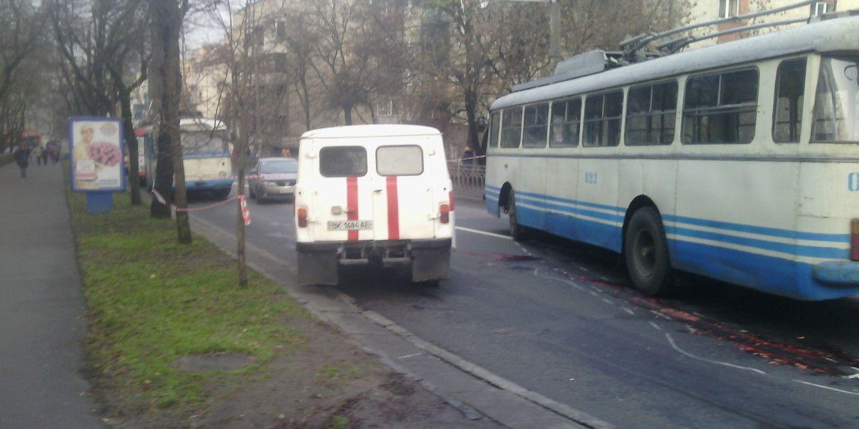 У Рівному тролейбус збив людину насмерть (ФОТО)
