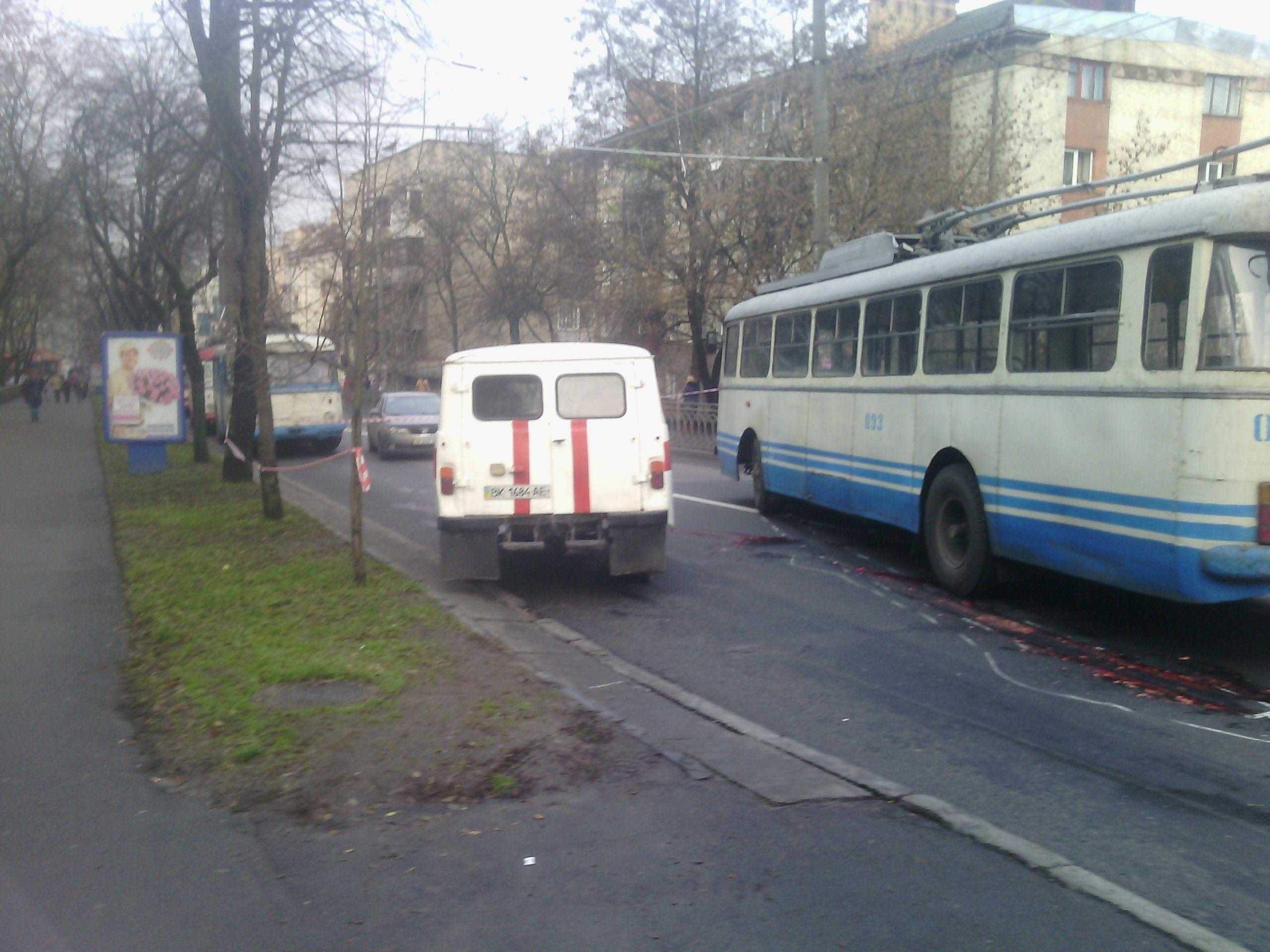 тролейбус збив людину