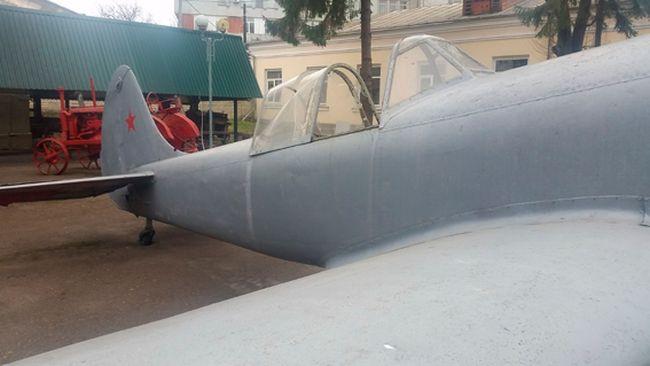П'яний чоловік, забравшись у музейний літак, погрожував зброєю перехожим та працівникам музею