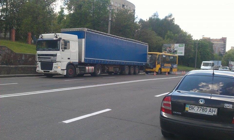 У Рівному біля обласної лікарні ДТП (Фото)