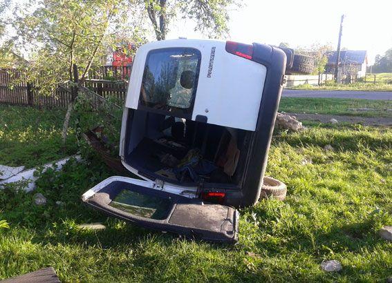 Козин На Рівненщині авто врізалось в мурований паркан, є постраждалі (Фото)