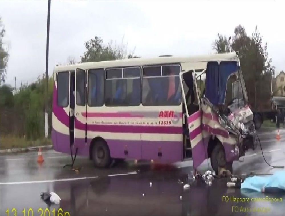 Смертельна ДТП на Львівщині: зіткнулися маршрутка та вантажний автомобіль (Відео)