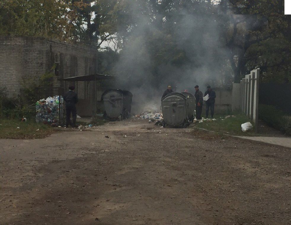 Во Львове жгут мусор на территории областной больницы (Фотофакт)