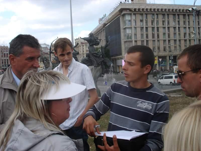 Міліціонер зачитує учасникам Врадіївського протесту рішення про заборону зібрання в 2013 році