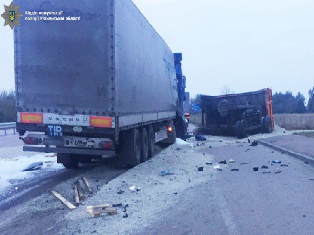 """На автодорозі """"Київ-Чоп"""" зіткнулося дві вантажівки: одна людина загинула (Фото)"""