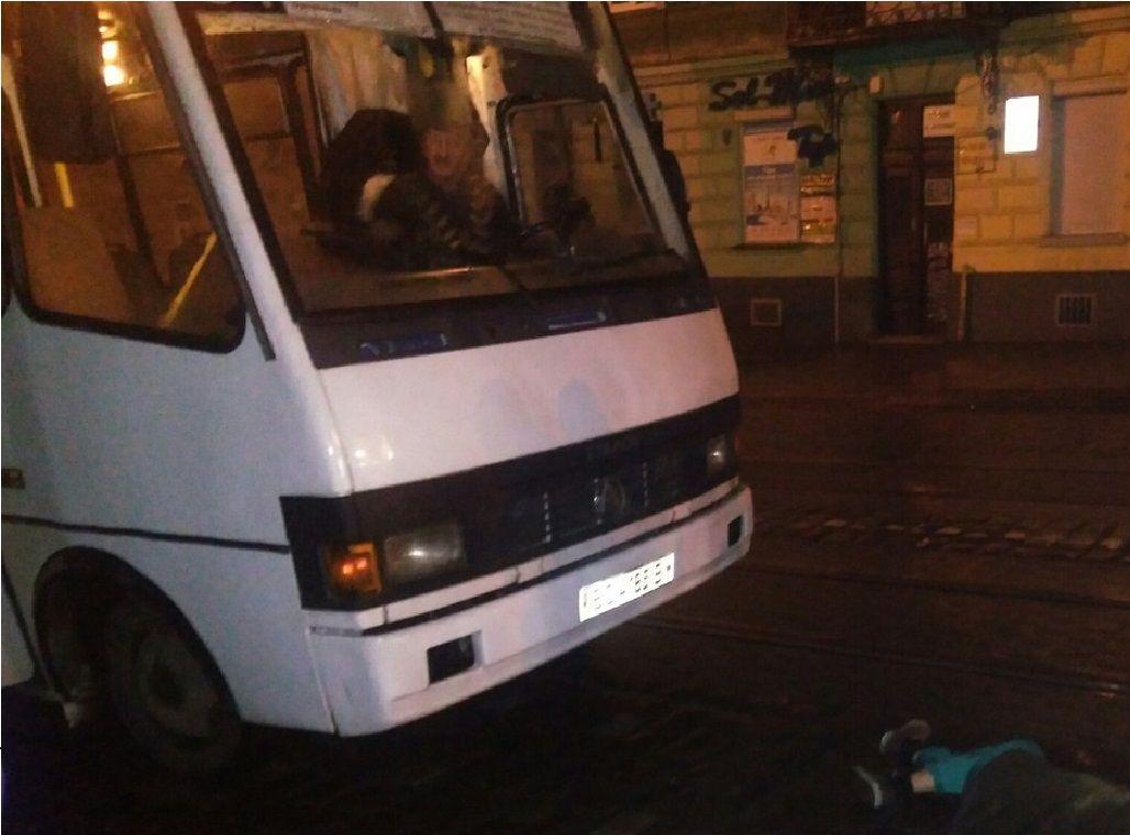 Во Львове ДТП: девушка бросилась под колеса маршрутки
