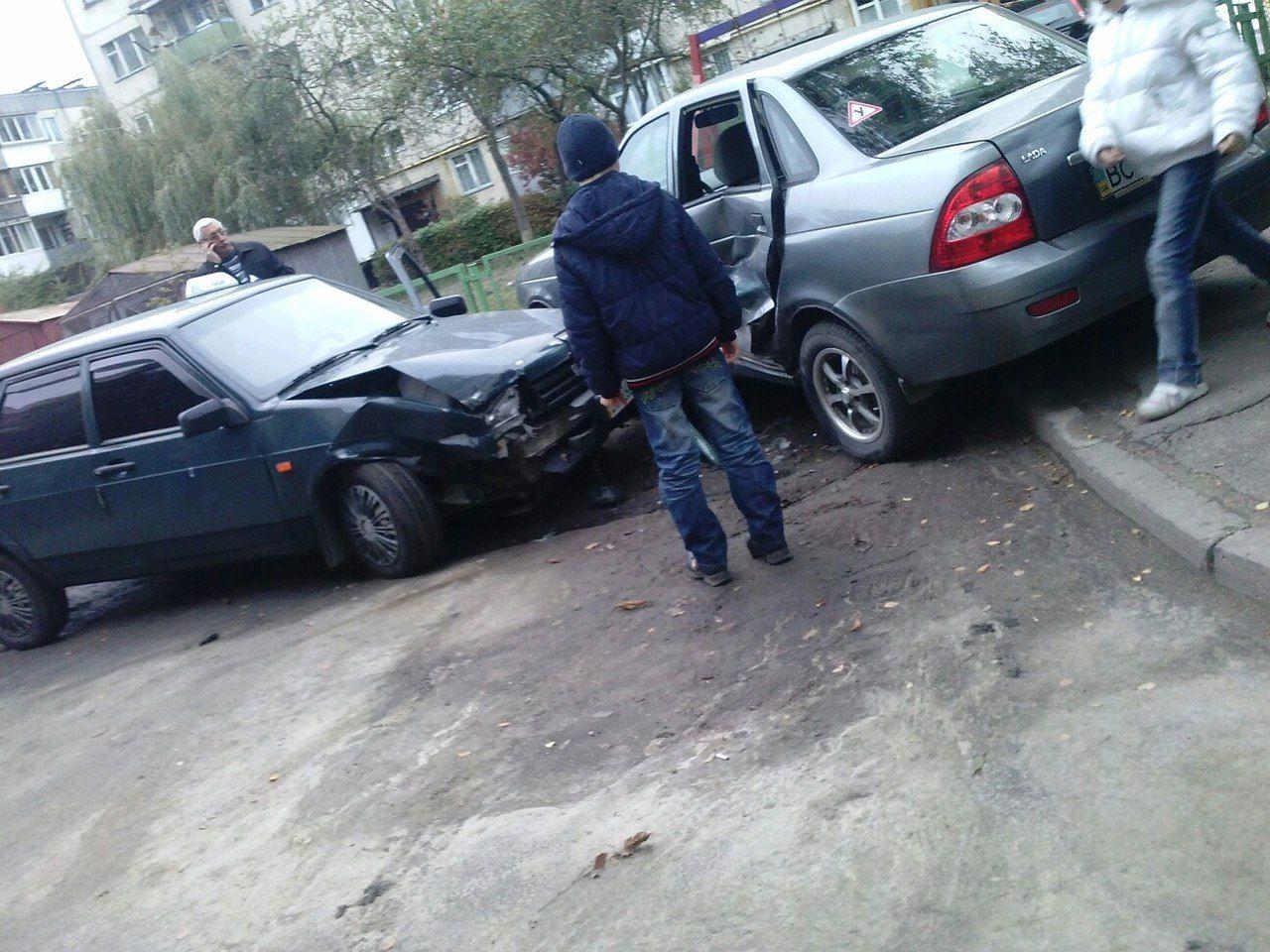 """Два """"жигулі"""" зіткнулися у Львові (Фото)"""