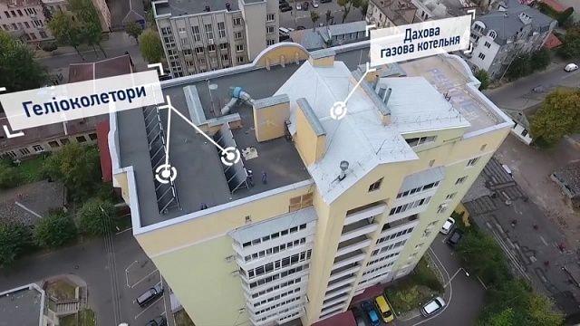 У Рівному мешканці багатоповерхівки встановили на даху сонячні колектори (Відео)