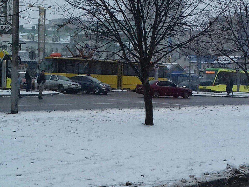 У Львові трамвай зіткнувся з легковиком (Фото)