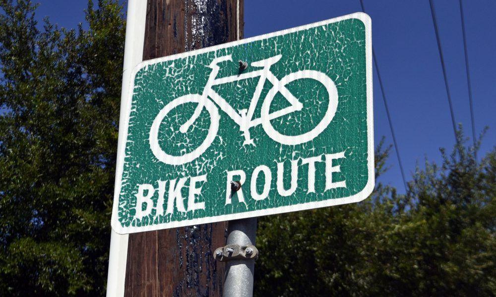 «Велосипедисти ризикують життям»: У Рівному міська влада неохоче будує велодоріжки