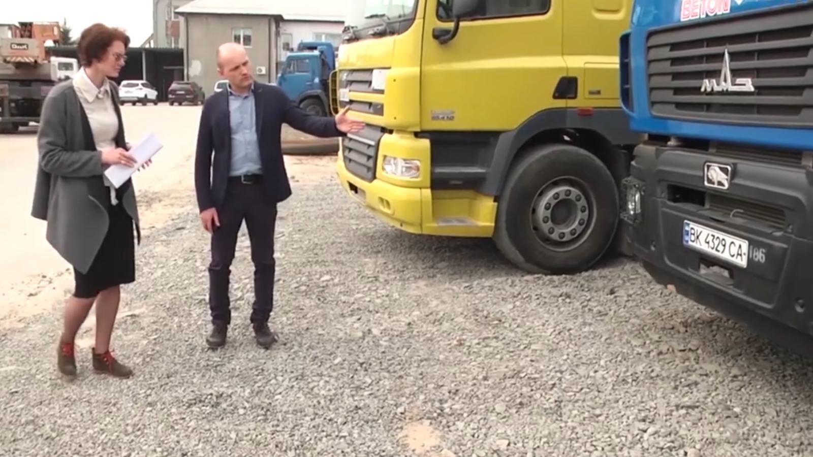 Комерційний директор фірми «Будтех-Пром» Олександр Аліксійчук показує техніку, яку фірма придбала взимку